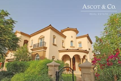 Fabulous Family Home l Private Pool 5 BR