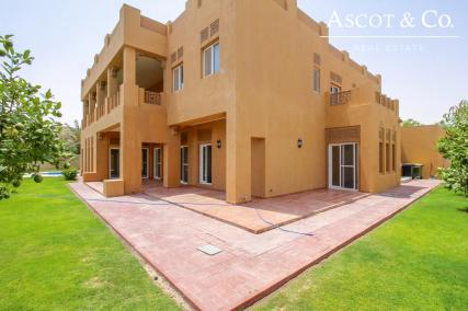 Large 7 Bed   Opposite Pool and Park