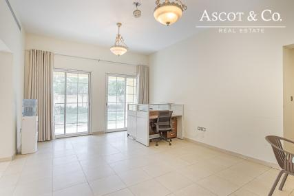 Large 5 bed + m|Family Room | View Today