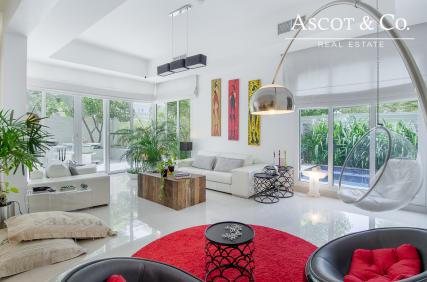 Fully Upgraded 5 Bed  | Private Pool BBQ Area